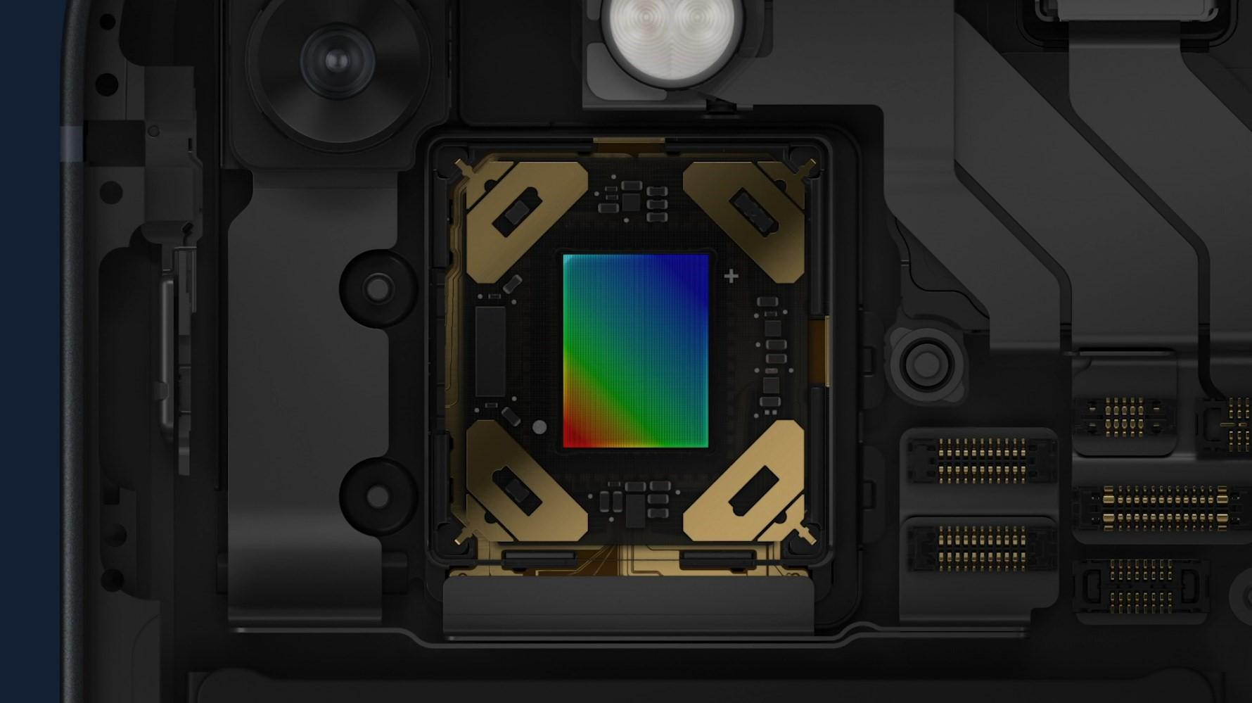 Apple memasang sensor shift stabilization pada kamera wide iPhone 13 dan iPhone 13 Mini.